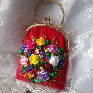 Piros kézitáska. Kézitáska, virágokkal., Kézitáska, Kézitáska & válltáska, Táska & Tok, Varrás, Hímzés, Piros kézitáska. Kézitáska, virágokkal.\nNyári kézitáska.\nHímzés selyem szalaggal. Különböző színű vi..., Meska