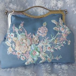 Szürke táska virágokkal., Táska & Tok, Kézitáska & válltáska, Kézitáska, Hímzés, Varrás, Szürke táska virágokkal.\nTáska színe szürke.\nHímzés virágokból.\nEzüst színű zár. Lánccal.\nMéret: szé..., Meska