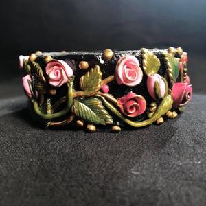 Antik hatású rózsás karkötő , Ékszer, Széles karkötő, Karkötő, Kézzel készített,egyedi,romantikus,antik hatású karkötő polymer clay-ből. Kis rózsaszín rózsákkal,in..., Meska