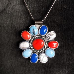Navajo stílusú virág medál, Ékszer, Medál, Ékszerkészítés, Gyurma, Kézzel készített,egyedi,Navajo stílusú virág medál polymer clay-ből,nemesacél akasztóval.\nMérete: 3,..., Meska