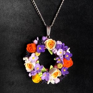 Színes virágkoszorú nyaklánc, Ékszer, Medálos nyaklánc, Nyaklánc, Kézzel készített,egyedi,vidám,romantikus hangulatú virágos nyaklánc polymer clay-ből,ezüstözött lánc..., Meska