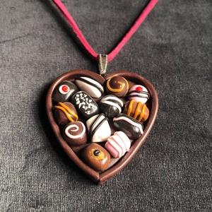 Étcsokoládé bonbon nyaklánc, Ékszer, Medálos nyaklánc, Nyaklánc, Kézzel készített,egyedi,vidám nyaklánc polymer clay-ből,ezüstözött akasztóval ,pink színű bársony sz..., Meska