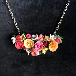 Romantikus rózsás nyaklánc, Ékszer, Medálos nyaklánc, Nyaklánc, Kézzel készített,egyedi,romantikus rózsás nyaklánc polymer clay-ből.Apró színes rózsás díszítéssel,e..., Meska