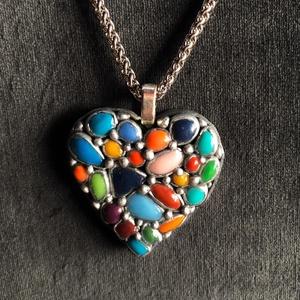 Tarka szív alakú medál, Ékszer, Medálos nyaklánc, Nyaklánc, Kézzel készített,egyedi,tarka szív alakú medál polymer clay-ből, színes kőutánzat díszítéssel,ezüstö..., Meska