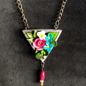 Háromszögletű virágos nyaklánc, Ékszer, Medálos nyaklánc, Nyaklánc, Kézzel készített,egyedi, miniatűr virágos nyaklánc polymer clay-ből, ezüstözött lánccal, nefelejcs é..., Meska