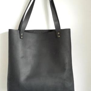 SHOPPER  BAG bőr táska, Táska, Táska, Divat & Szépség, Válltáska, oldaltáska, Bőrművesség, Varrás, Letisztult minnimál megjelenésű, marhabőr fekete nagy táska, kényelmes pakolható. \n\nMéretek:\n\nMagass..., Meska