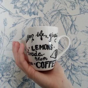 """fehér bögre \""""Amikor az élet citromot ad, cseréld el kávéra\"""" angol nyelvű felirattal, Egyéb, Furcsaságok, Otthon & lakás, Konyhafelszerelés, Bögre, csésze, Festett tárgyak, Fotó, grafika, rajz, illusztráció, Ezt a játékos bögrét a káv szeretete ihlette.\nTökéletes ajándék a vicces bögrék kedvelőinek! :)\n*\nA ..., Meska"""