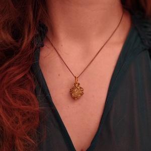 Ékszerdrótból formált kis medál ~ citrin ásvánnyal, Ékszer, Nyaklánc, Medál, Ékszerkészítés, Mindenmás, Aranyszínű ékszerdrótból formált medál 1,6 cm-es kis citrin ásvánnyal.\nCsepp alakú medál: 2*1,5cm, t..., Meska