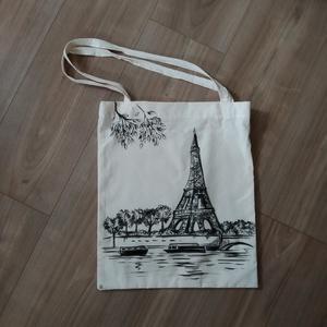 Natúr színű vászontáska skiccelt Eiffel-torony ~ párizsi tájkép mintával ~ megrendelésre!, Táska & Tok, Bevásárlás & Shopper táska, Shopper, textiltáska, szatyor, Varrás, Mindenmás, Ezt a vászontáskát a romantika és az építészet ihlette. Az Eiffel-torony, mint Párizs fő látványossá..., Meska