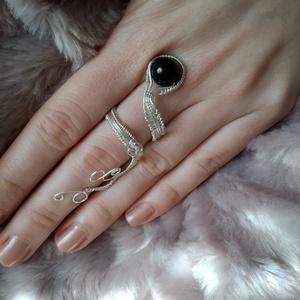 drótfonással készített ezüst fonódó gyűrű ~ ónix ásvánnyal díszítve, Ékszer, Gyűrű, Fonódó gyűrű, Ékszerkészítés, Mindenmás, Ezüst színű ékszerdrótból formált gyűrű 1 cm-es ónix ásvánnyal.\nSín szélessége: 4mm\n*\nEgyedi tervezé..., Meska