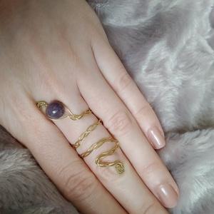 drótfonással készített arany fonódó, fonott gyűrű ~ ametiszt ásvánnyal díszítve, Ékszer, Gyűrű, Fonódó gyűrű, Ékszerkészítés, Mindenmás, Aranyszínű ékszerdrótból formált gyűrű 8 mm-es ametiszt ásvánnyal.\nSín szélessége: 3mm\n*\nEgyedi terv..., Meska
