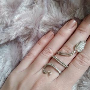 drótfonással készített ezüst fonódó gyűrű ~ hegyikristály ásvánnyal díszítve, Ékszer, Gyűrű, Fonódó gyűrű, Ékszerkészítés, Mindenmás, Ezüst színű ékszerdrótból formált gyűrű 1,3*0,7 cm-es hegyikristály ásvánnyal.\nSín szélessége: 3mm\n*..., Meska