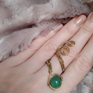 drótfonással készített arany fonódó gyűrű ~ aventurin ásvánnyal díszítve, Ékszer, Gyűrű, Fonódó gyűrű, Ékszerkészítés, Mindenmás, Aranyszínű ékszerdrótból formált gyűrű 1 cm-es aventurin ásvánnyal.\nSín szélessége: 3mm\n*\nEgyedi ter..., Meska