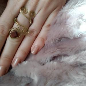 bordó négyzetes II drótfonással készített arany fonódó gyűrű ~ vörös jáspis ásvánnyal díszítve, Ékszer, Gyűrű, Fonódó gyűrű, Ékszerkészítés, Mindenmás, Aranyszínű ékszerdrótból formált gyűrű 6*6mm-es négyzetes jáspis ásvánnyal.\nSín szélessége: 3mm\n*\nEg..., Meska