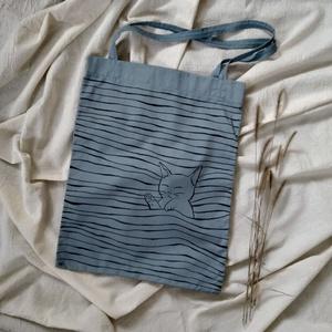 Világoskék-halványszürke vászontáska aranyos alvó, rajzolt cica mintával, Táska & Tok, Bevásárlás & Shopper táska, Shopper, textiltáska, szatyor, Mindenmás, Varrás, Ez a kis bolyhos cicus elaludt a táska hullámaiban. :)\nEgyszerű mintája aranyossá és vidámmá teszi e..., Meska