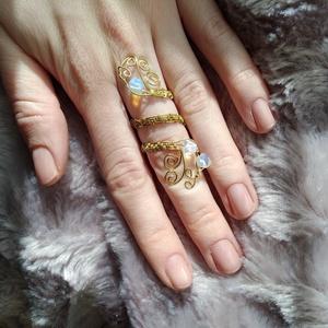 arany indák II drótfonással készített arany fonódó gyűrű ~ opalit kővel díszítve, Ékszer, Gyűrű, Fonódó gyűrű, Ékszerkészítés, Mindenmás, Aranyszínű ékszerdrótból formált gyűrű 3db kis 5 mm-es opalit kövekkel.\nSín szélessége: 3mm\n*\nEgyedi..., Meska