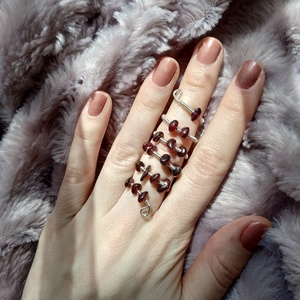 bordó spirál II drótfonással készített ezüst fonódó gyűrű ~ gránát ásvánnyal díszítve, Ékszer, Gyűrű, Fonódó gyűrű, Ékszerkészítés, Mindenmás, Ezüst színű ékszerdrótból formált gyűrű, sok kis nagyjából 5mm-es gránát ásvánnyal.\nSín szélessége: ..., Meska