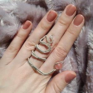 rózsaszín kígyó II drótfonással készített ezüst fonódó gyűrű ~ eperkvarc ásvánnyal díszítve, Ékszer, Gyűrű, Fonódó gyűrű, Ékszerkészítés, Mindenmás, Ezüst színű ékszerdrótból formált gyűrű, egy kis nagyjából 8mm-es eperkvarc ásvánnyal.\nSín szélesség..., Meska