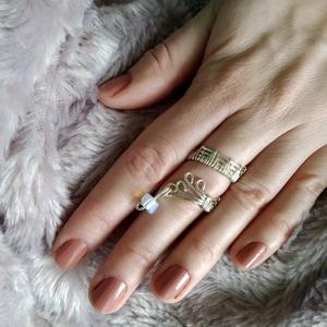 fonódó ezüst II drótfonással készített arany fonódó gyűrű ~ opalit kővel díszítve, Ékszer, Gyűrű, Fonódó gyűrű, Ékszerkészítés, Mindenmás, Aranyszínű ékszerdrótból formált gyűrű 4 mm-es opalit kővel.\nSín szélessége: 6mm\n*\nEgyedi tervezés a..., Meska