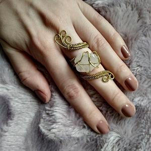 rózsa szálak II drótfonással készített arany fonódó gyűrű ~ rózsakvarc ásvánnyal díszítve, Ékszer, Gyűrű, Fonódó gyűrű, Mindenmás, Ékszerkészítés, Aranyszínű ékszerdrótból formált egy nagyobb, 2cm-es rózsakvarc ásvánnyal.\nSín szélessége: 3mm és 7m..., Meska