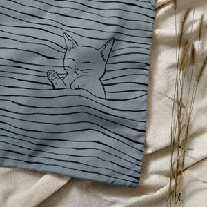 aranyos alvó cica, kézzel festett világoskék-halványszürke vászontáska , Táska & Tok, Bevásárlás & Shopper táska, Shopper, textiltáska, szatyor, Mindenmás, Varrás, Ez a kis bolyhos cicus elaludt a táska hullámaiban. :)\nEgyszerű mintája aranyossá és vidámmá teszi e..., Meska
