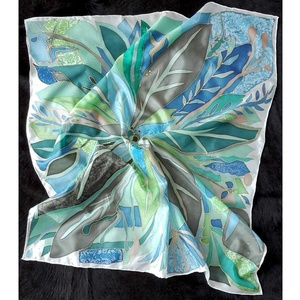 Esőerdő selyemkendő, Táska, Divat & Szépség, Ruha, divat, Kendő, Selyemfestés, Kézzel festett kendő,szegett.\nMéret:90*90cm\nÁllatkák és abstract levél minták díszítik a kendőt. \nKe..., Meska