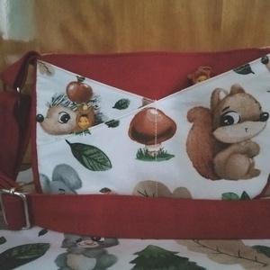 Mókus-süni mintás piros kislány táska , Táska & Tok, Kézitáska & válltáska, Varrás, Bútorvászonból és pamutvászonból készült kis táska.Elején 3 kis zsebbel apróságoknak.Bélelt tetején ..., Meska