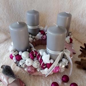 Pink adventi koszorú, Otthon & lakás, Lakberendezés, Asztaldísz, Koszorú, Karácsony, Karácsonyi dekoráció, Virágkötés, Szalma alapot vontam be puha műszőrmével.Díszítettem gyertyával,dekor díszekkel,szalaggal.\nÁtmérő:24..., Meska
