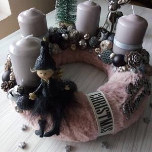 Szürke-ezüst adventi koszorú, Otthon & lakás, Lakberendezés, Asztaldísz, Koszorú, Karácsony, Karácsonyi dekoráció, Virágkötés, Szalma alapot vontam be puha műszőrmével.A koszorút gyertyák,dekor díszek felhasználásával készített..., Meska