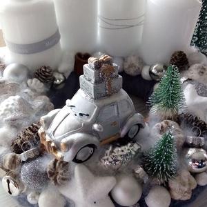 Szürke szőrmés,kisautós adventi koszorú, Karácsony, Karácsonyi dekoráció, Otthon & lakás, Dekoráció, Ünnepi dekoráció, Lakberendezés, Koszorú, Virágkötés, Puha,műszőrmés alapra készítettem a koszorút.\nFelhasználtam hozzá gyertyákat,tobozokat dekor díszeke..., Meska