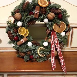 Fenyőkoszorú,ajtódísz, Karácsony, Karácsonyi dekoráció, Otthon & lakás, Lakberendezés, Ajtódísz, kopogtató, Koszorú, Virágkötés, Szalma alapra kötöttem a koszorút élő fenyőből.Tobozokkal,termésekkel díszítettem.\nÁtmérő:32cm..., Meska