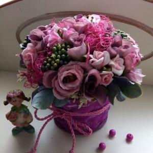 Lila virágkosár,asztaldísz, Otthon & lakás, Dekoráció, Lakberendezés, Asztaldísz, Dísz, Virágkötés, Fonott kosárkába,különféle rózsákból(selyemvirág) és bogyókból készítettem az asztaldíszt.Kedves ajá..., Meska