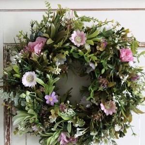 Tavaszi koszorú,ajtódísz, Otthon & lakás, Dekoráció, Lakberendezés, Ajtódísz, kopogtató, Koszorú, Virágkötés, Ezt a kedves tavaszi koszorút sok zöld és apró virágok felhasználásával kötöttem.Bejárati ajtód vagy..., Meska