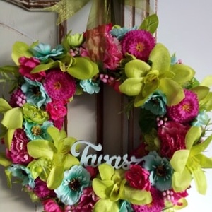 Színes,tavaszi virágkoszorú, Otthon & lakás, Dekoráció, Lakberendezés, Ajtódísz, kopogtató, Koszorú, Virágkötés, Különféle selyemvirágokból készítettem a koszorút vidám ,tavaszi színekben.Bogyókkal,zölddel és orga..., Meska
