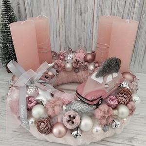 Rózsaszín,kisautós adventi koszorú, Otthon & Lakás, Karácsony & Mikulás, Adventi koszorú, Virágkötés, Puha műszőrmével vontam be az alapot,melyet rózsaszín rusztikus gyertyákkal,dekor díszekkel,tobozokk..., Meska