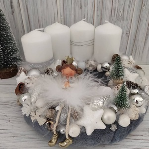 Angyalkás adventi koszorú, Otthon & Lakás, Karácsony & Mikulás, Adventi koszorú, Virágkötés, Puha ,szürke műszőrmével vontam be az alapot,melyet fehér gyertyákkal,dekor díszekkel,tobozokkal,apr..., Meska