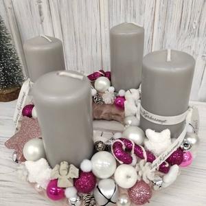 Pink-szürke adventi koszorú, Otthon & Lakás, Karácsony & Mikulás, Adventi koszorú, Virágkötés, Puha ,rózsaszín műszőrmével vontam be az alapot,melyet szürke gyertyákkal,dekor díszekkel és tobozok..., Meska