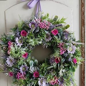 Tavaszi virágkoszorú,ajtódísz(pink-lila), Otthon & Lakás, Dekoráció, Ajtódísz & Kopogtató, Virágkötés, Ezt a kedves virágkoszorút rengeteg zöld(mű) és apró selyemvirágok felhasználásával készítettem.Orga..., Meska
