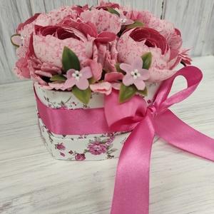 Szív virágdoboz, Otthon & Lakás, Dekoráció, Csokor & Virágdísz, Virágkötés, A virágdobozt selyemvirágok felhasználásával készítettem,szatén szalaggal díszítettem.\nMéret:szél:16..., Meska