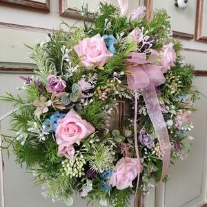 Romantikus virágkoszorú,ajtódísz, Otthon & Lakás, Dekoráció, Ajtódísz & Kopogtató, Virágkötés, Ezt a kedves virágkoszorút rengeteg zöld(mű), rózsa és apró selyemvirágok felhasználásával készített..., Meska