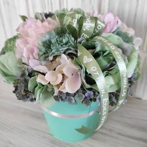 Türkiz virágkaspó,asztaldísz, Otthon & Lakás, Dekoráció, Asztaldísz, Virágkötés, Bádog kaspóba készítettem az asztaldíszt, többféle selyemvirág felhasználásával,a türkiz szín kedvel..., Meska