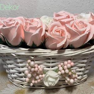 Egyedi Rózsakosár, Otthon & Lakás, Dekoráció, Asztaldísz, Virágkötés, Rózsaszín, fehér rózsakosár névnapra, valentinnapra\n15×25×10 cm méretű fehér ovális kosár egyedileg ..., Meska