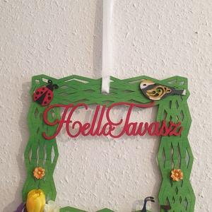 Egyedileg festett tavaszi ajtòdìsz, Otthon & Lakás, Dekoráció, Ajtódísz & Kopogtató, Virágkötés, \n30 cm  zöld fa négyzet alap egyedileg dìszitve és egyedileg festve a fa katica,madár,kerékpár és a ..., Meska