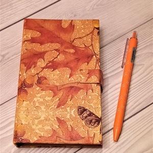 Notesz - ősz, Otthon & Lakás, Papír írószer, Jegyzetfüzet & Napló, Decoupage, transzfer és szalvétatechnika, Mindenmás, Kompakt kis notesz, mérete: kb. 93x151x25 mm, tartalma: toll, post it (15x50 mm és 25x77 mm), három ..., Meska