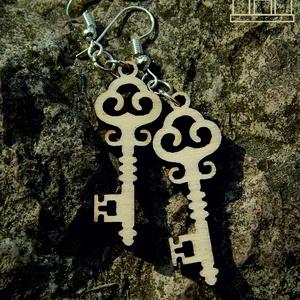Kulcs fülbevalók fából, Lógó fülbevaló, Fülbevaló, Ékszer, Famegmunkálás, Ékszerkészítés, Vintázs díszítésű fából készült kulcsainkat természetes ékszerként álmodtuk és formáltuk meg, melyek..., Meska