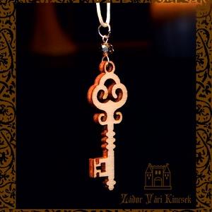 Fa kulcs nyaklánc üvegkristállyal, Ékszer, Nyaklánc, Medálos nyaklánc, Ékszerkészítés, Famegmunkálás, Vintage ornamentikájú, fából készült, egyedi tervezésű kulcs medál, áttetsző üveggömb díszítéssel, f..., Meska