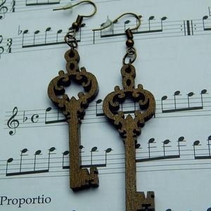 Antik-arany fa kulcs fülbevaló, Lógós fülbevaló, Fülbevaló, Ékszer, Famegmunkálás, Ékszerkészítés, Vintage díszítésű, fából készült kulcs fülbevalóinkat immár antik-arany színben is meglelhetik nálun..., Meska