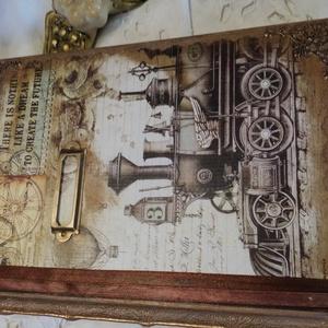 Napló - emlékkönyv mozdonnyal, Otthon & Lakás, Papír írószer, Jegyzetfüzet & Napló, Könyvkötés, Festett tárgyak, Könyvkötő által készített alapanyagból díszített emlékkönyv. Napló bejegyzéseknek gondoltam, de lehe..., Meska