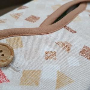 Textil papírzsebkendő tartó, Otthon & Lakás, Fürdőszoba, Fürdőszobai dekoráció, Varrás, Textil papírzsepi tartó, merev falu, de puha :)\nMérete igazodik a kapható papírzsebkendőkhöz: \n12 x ..., Meska