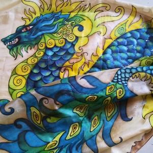 Föld-Sárkány kézzel festett természetes selyem sál, Táska, Divat & Szépség, Sál, sapka, kesztyű, Ruha, divat, Kendő, Selyemfestés, 40x150cm méretű kézzel festett selyem sál. Kínai sárkány különleges kékekkel, zöldekkel, kontrasztos..., Meska